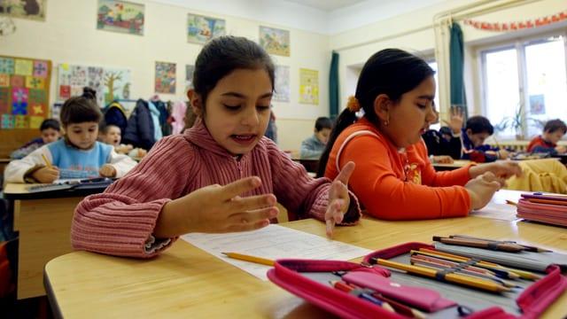 Kinder in einem ungarischen Klassenzimmer.