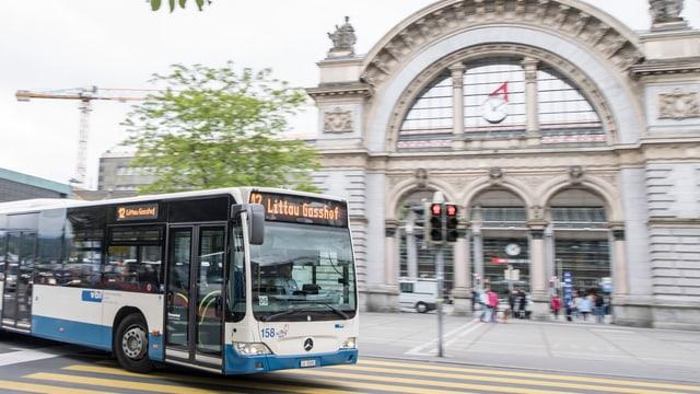 Ein Bus der Verkehrsbetriebe Luzern vor dem Luzerner Bahnhof