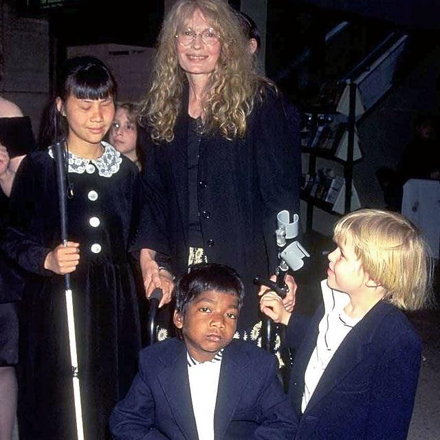 Mia Farrow mit drei ihrer Adoptivkinder. In der Mitte: Thaddeus.