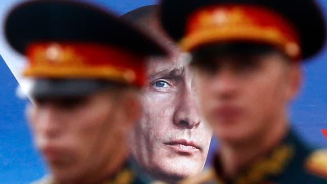 Soldaten vor Putins Konterfei.