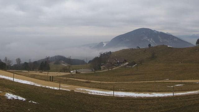 Strasse, die sich den Berg hinauf schlängelt, im Hintergrund Nebelschwaden