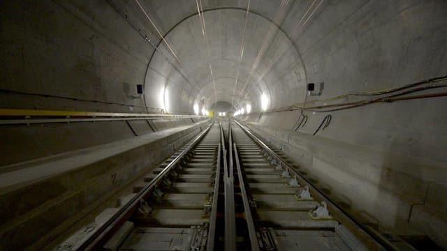 Eisenbahnschienen in einem Tunnel.