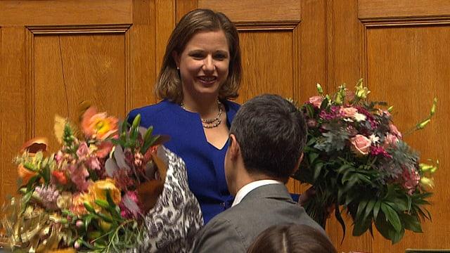 Christa Markwalder mit zwei Blumensträussen nach der Wahl.