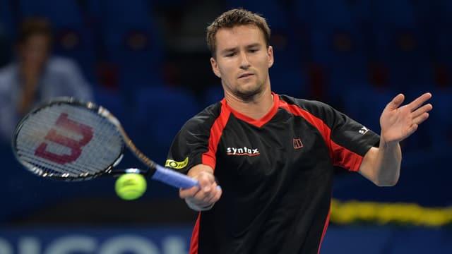 Marco Chiudinelli spielt eine Vorhand beim ATP-Turnier in Basel