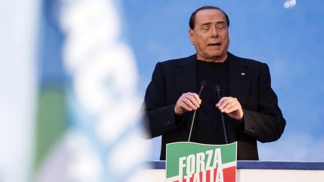 Berlusconi spricht zu seinen Anhängern vor dem Palazzo Grazioli in Rom
