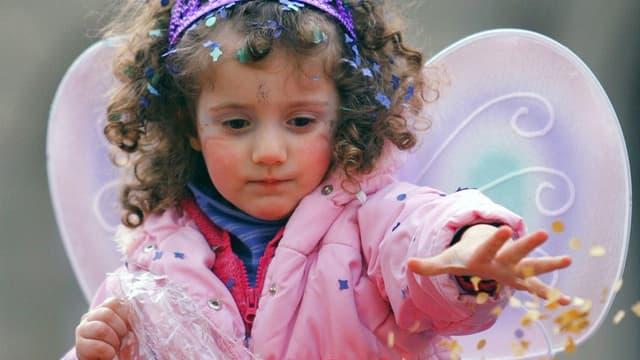 Ein kleines Mädchen in einem Fasnachtsengelkostüm
