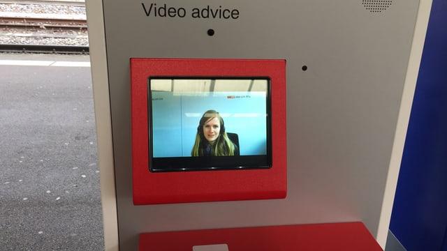 Aus einem Bildschirm am Billettautomat lächelt eine Beraterin entgegen.