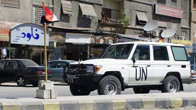 Ein UNO-Wagen patroulliert im Juni 2012 durch Damaskus. (keystone)