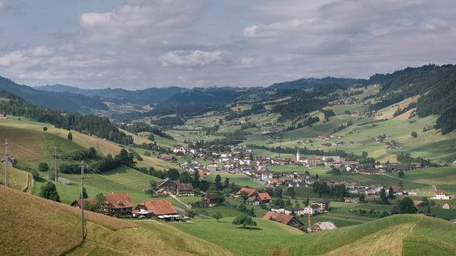 Ländliche Landschaft mit Häusern und Bauernhöfen.