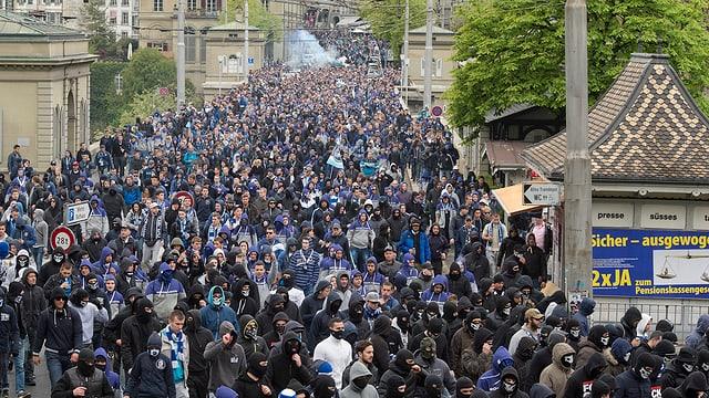 Fanmarsch der FCZ-Fans vor dem Cupfinal in Bern über die Brücke Richtung Stadion.