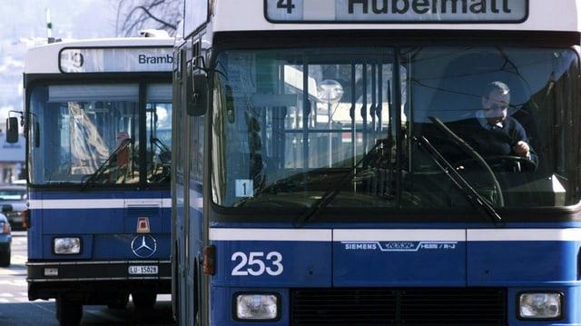Zwei Busse, die beim Bahnhofplatz Luzern losfahren.