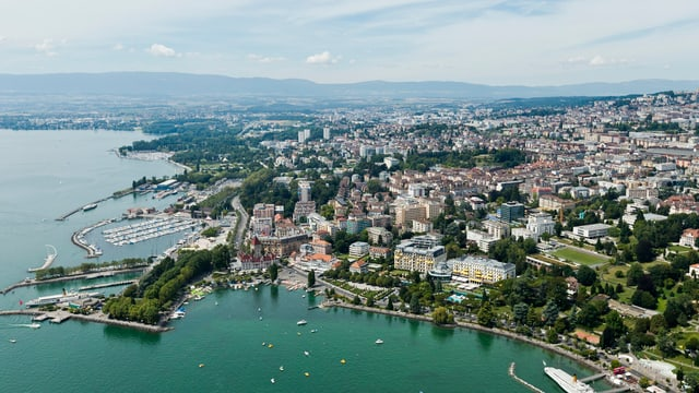 Vogelperspektive auf Lausanne und Genfersee