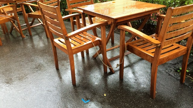 Blaue Markierungen setzten die Grenze für Stühle und Tische in Gartenbeizen.