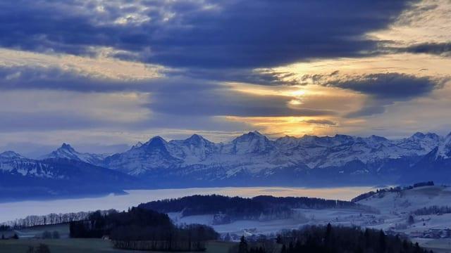 Wolken ziehen auf. Im Tal noch grauer Nebel.