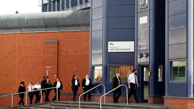 Gefängnispersonal betritt das Gefängnisgebäude