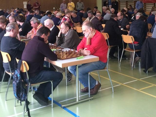 Viele Menschen spielen Schach