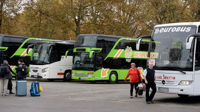 Bus da eurobus e Flixbus sin ina plazza da parcar gronda.