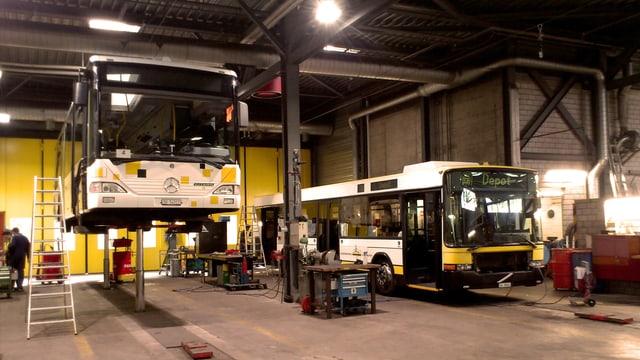 Zwei Linienbusse nebeneinander in der Garage.