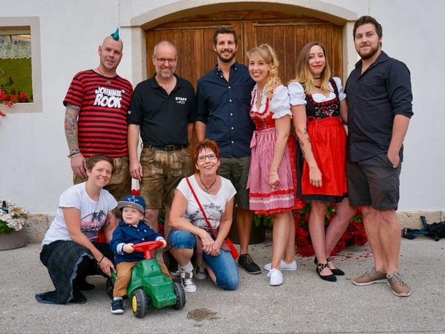Achtköpfige Familie vor grossem Tor.