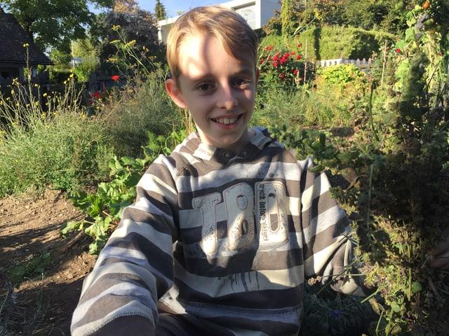 Junge im Garten