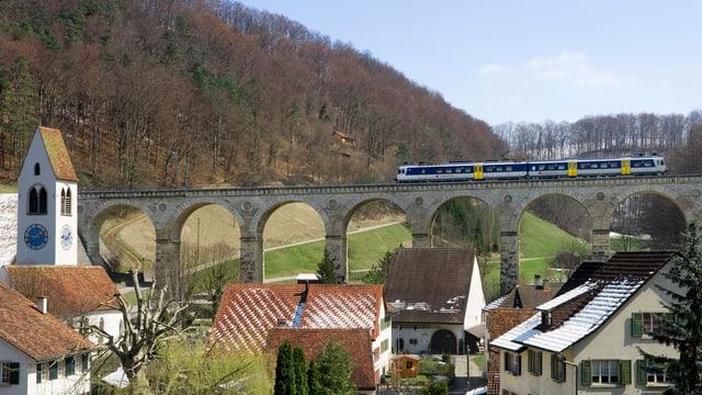 Ein Zug auf einem Viadukt.