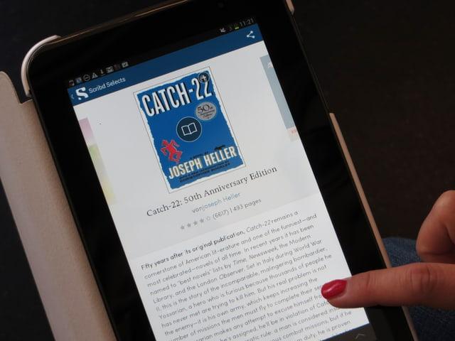 Jemand liest ein Buch auf einem Ipad.