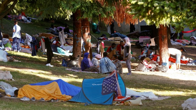 Flüchtlinge in einem Park in Comi
