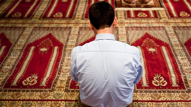 Mann in einer Moschee