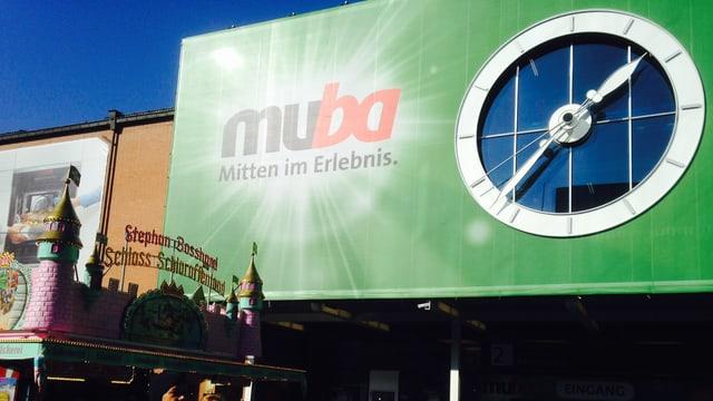 Fassade mit Muba Logo und blauem Himmel.