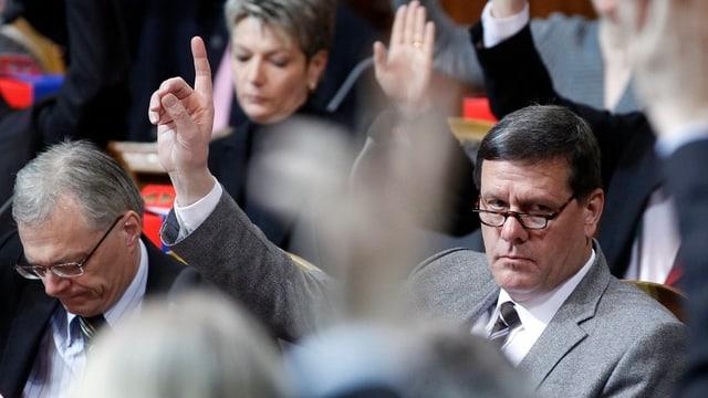 Ständerat Roland Eberle (SVP/TG) hält bei einer Abstimmung in der letzten Wintersession die Hand hoch.