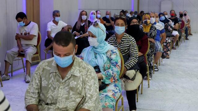 Menschen warten in einem Impfzentrum in Tunis, aufgenommen am 1. August 2021.