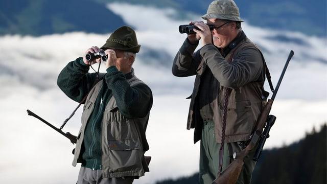 Zwei Jäger beobachten das Wild mit dem Feldstecher.