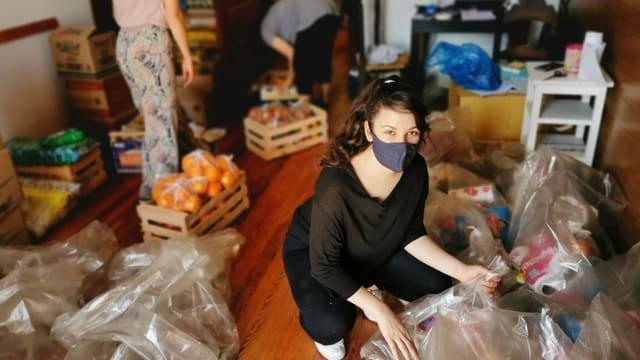 Frauen sammeln Lebensmittel-Spenden