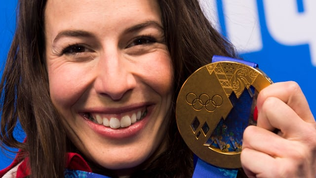 Dominique Gisin mit ihrer Olympia-Goldmedaille.