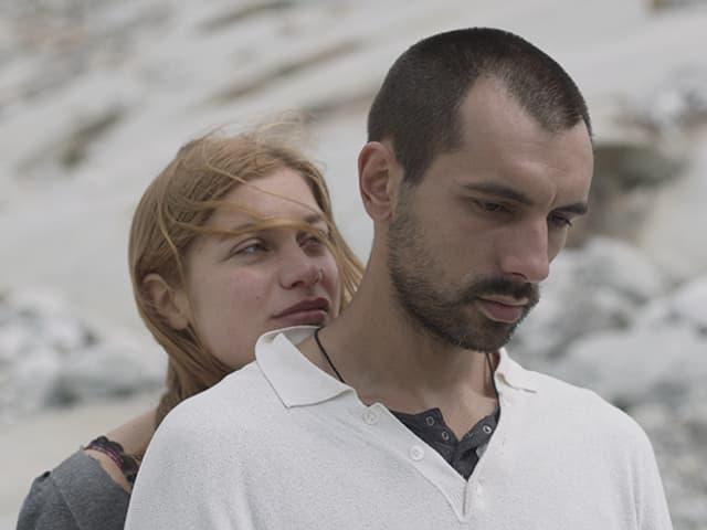 Liliane Amuat (Lou) umarmt Aro (Dashmir Ristemi) von hinten.