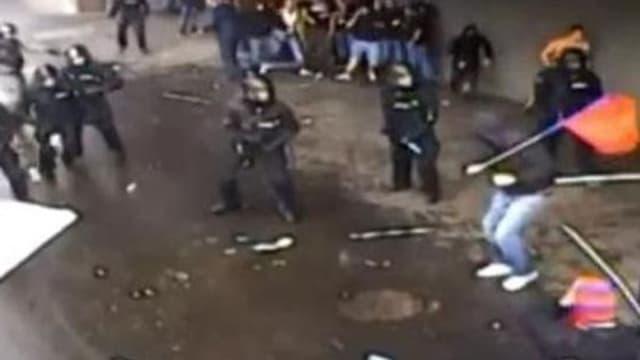 In schwarz gekleideter Mann will mit Fahne Security-Personal angreifen
