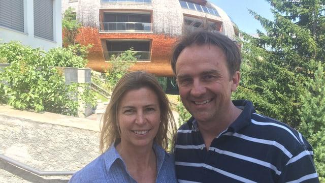 Isabel Wenger e Christian Gartmann a San Murezzan davant la chasa Futura
