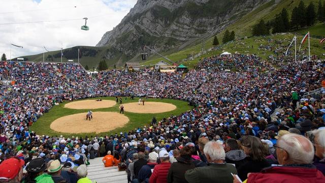 Zu sehen sind das Gelände des Schwägalp-Schwinget und Hunderte Menschen im Publikum.