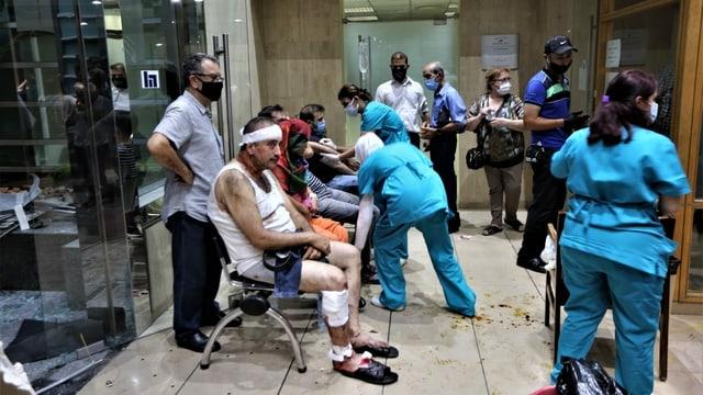 Verletzte Menschen warten in einem Spital