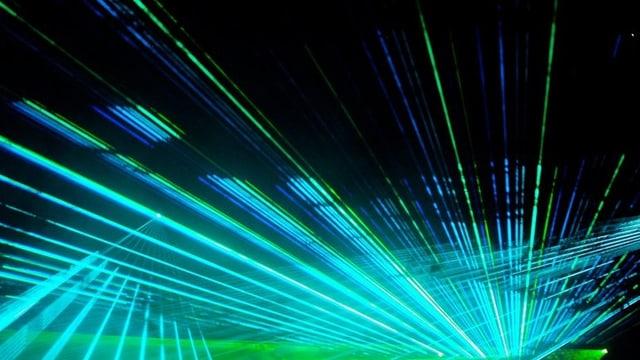 Laserstrahlen in blau und grün.