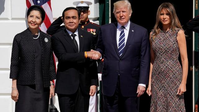 Thailands Regierungschef mit Gattin neben Trump und Gattin