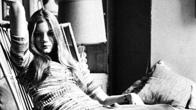 Beatrice Welles auf einem Schaukelstuhl.