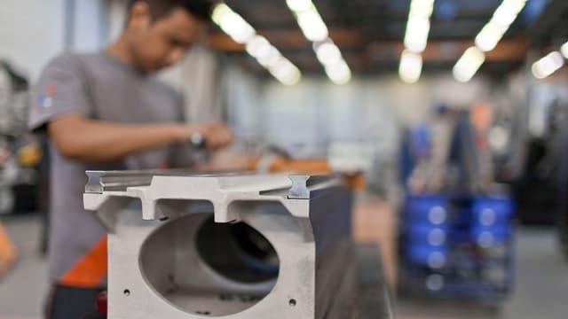 Ein Arbeiter in einem Schweizer GF-Werk bei einer Montagearbeit