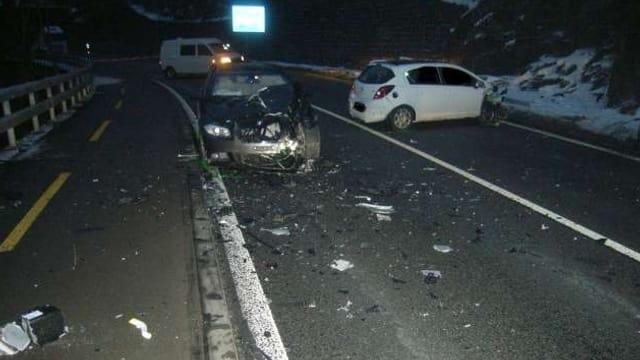 Unfallautos und Trümmer auf der Strasse.