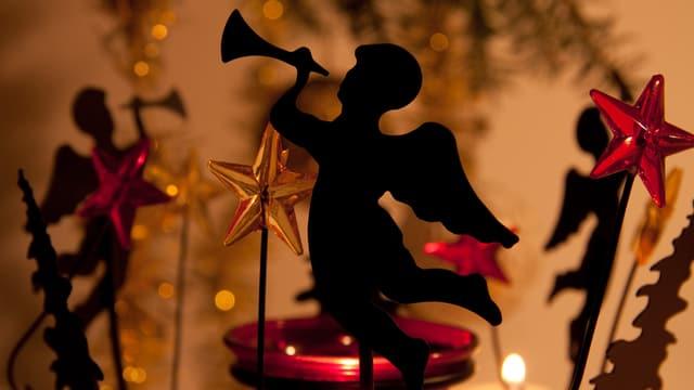 Weihnachtsdekoration mit Engeln, die Posaune spielen.