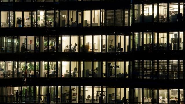 erleuchtetes Bürogebäude bei Nacht – in Zürich.