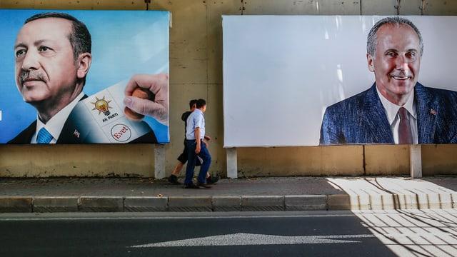 Männer spazieren an Plakaten von türkischen Präsidentschaftskandidaten vorbei