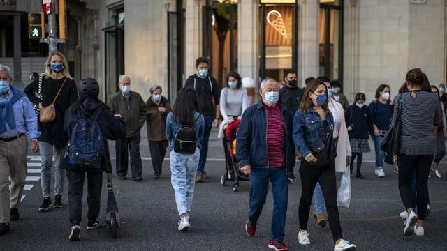Menschen mit Masken in den Strassen von Barcelona.