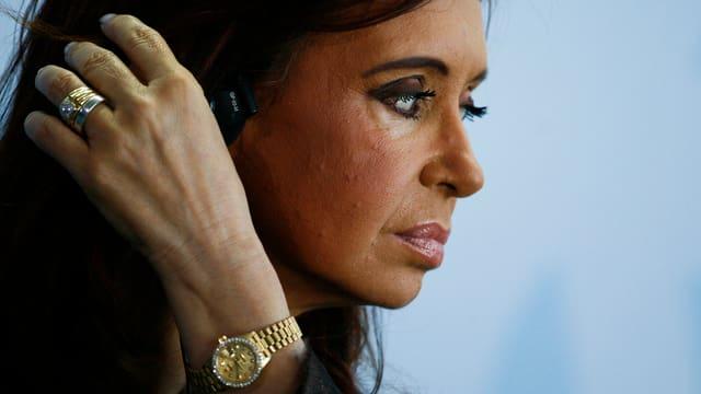 Seitlich aufgenommenes Porträtbild der argentinischen Präsidentin Kirchner.