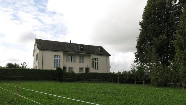 Das Haus vor einer Wiese